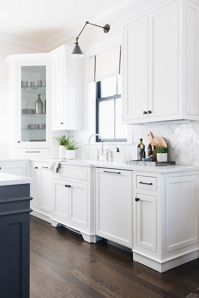 White Kitchen Cabinet Paint Color Simply White by Benjamin Moore White Kitchen Cabinet Paint Color Simply White by Benjamin Moore #WhiteKitchen #CabinetPaintColor #SimplyWhitebyBenjaminMoore