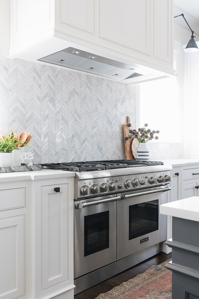 Herringbone Backsplash Herringbone Backsplash source on Home Bunch Kitchen Herringbone Backsplash #HerringboneBacksplash #kitchenHerringboneBacksplash