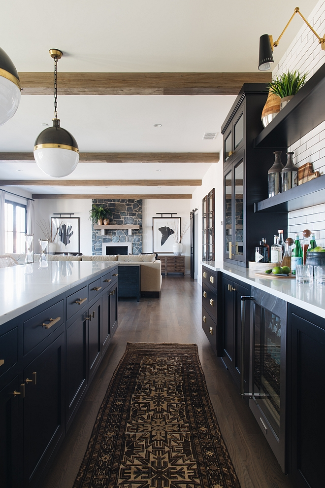 Farmhouse Black Cabinet kitchen with vintage runner and beams more source on Home Bunch #bar #farmhouse #blackcabinet #vintagerunner #beams