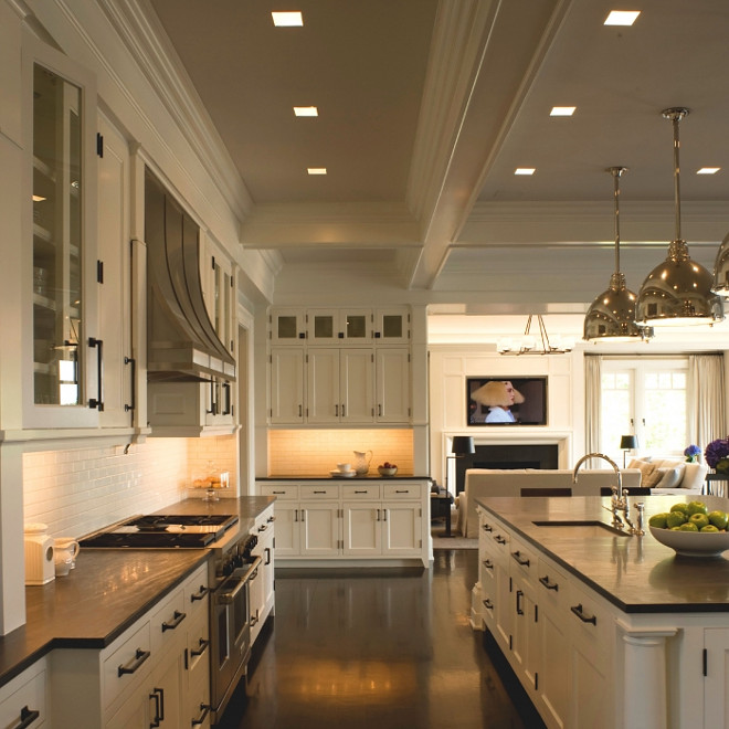 Benjamin Moore White Dove Classic Hamptons Kitchen painted in Benjamin Moore White Dove #BenjaminMooreWhiteDove #BenjaminMoore #WhiteDove #BenjaminMoorepaintcolors