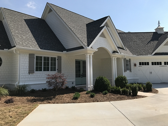 White House exterior paint color Best exterior white paint colors Sherwin Williams Alabaster Sherwin Williams Alabaster #SherwinWilliamsAlabaster #whiteexteriorpaintcolor #whitehomes #whiteexteriors #paintcolor