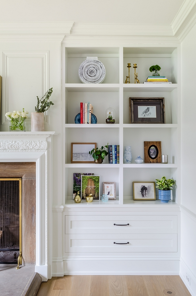 Flanking the fireplace, the built-in bookcases feature beautiful decor see sources on Home Bunch #bookcasedecor